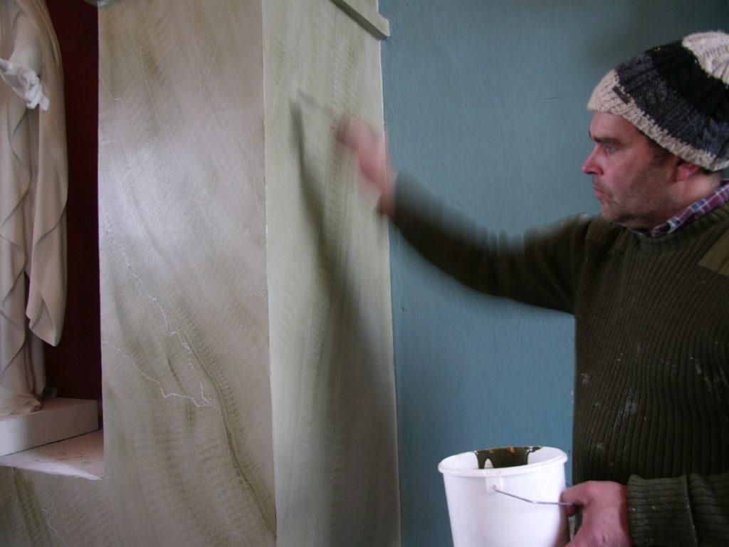 Hans-Jörgen Brefventoft målar marmoreringsteknik i Ingelstorps kyrka